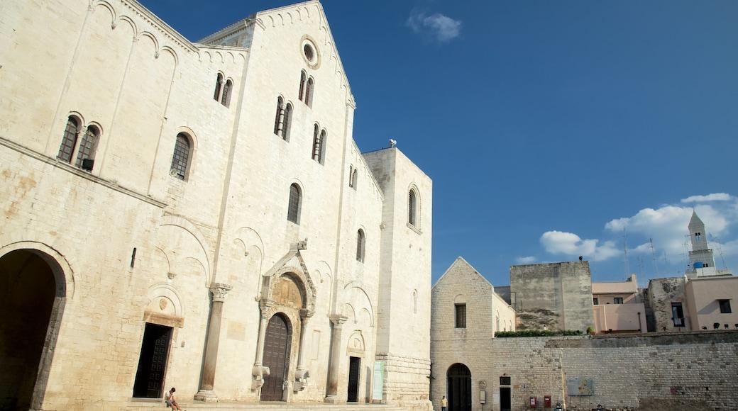 Basilica di san Nicola che include architettura d\'epoca, chiesa o cattedrale e elementi religiosi
