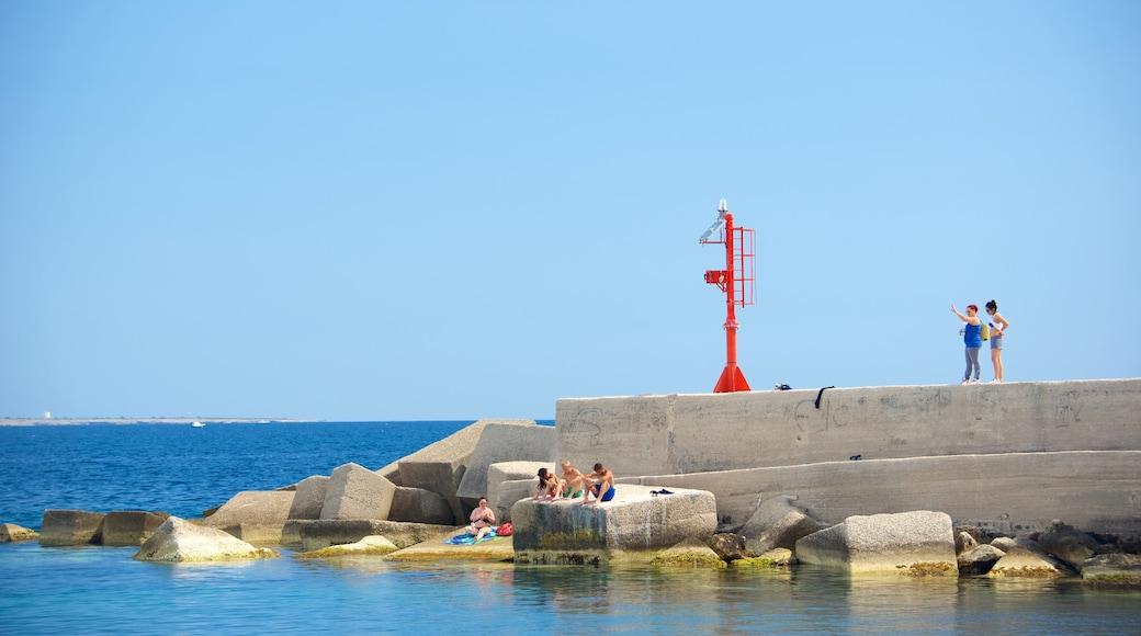Hafen von Gallipoli mit einem Felsküste