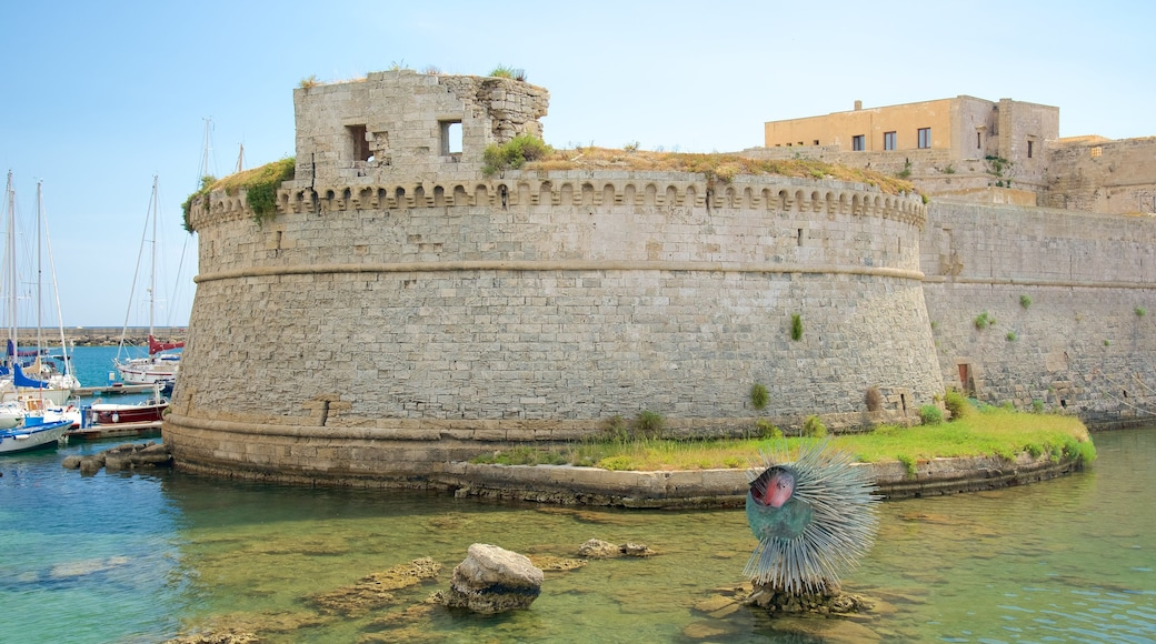 Gallipoli Castle which includes outdoor art, château or palace and heritage architecture