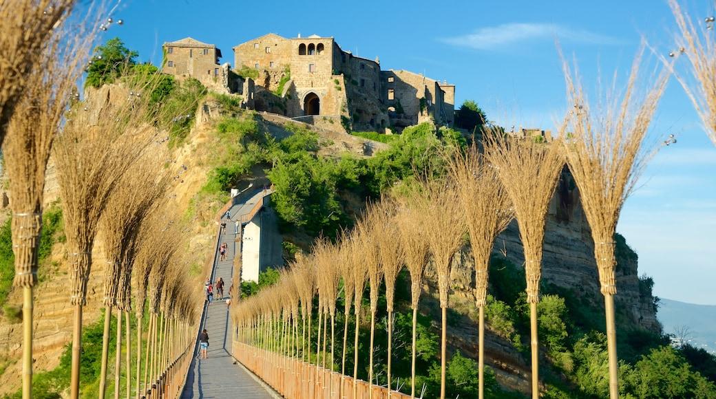Bagnoregio mettant en vedette pont, patrimoine architectural et château ou palais