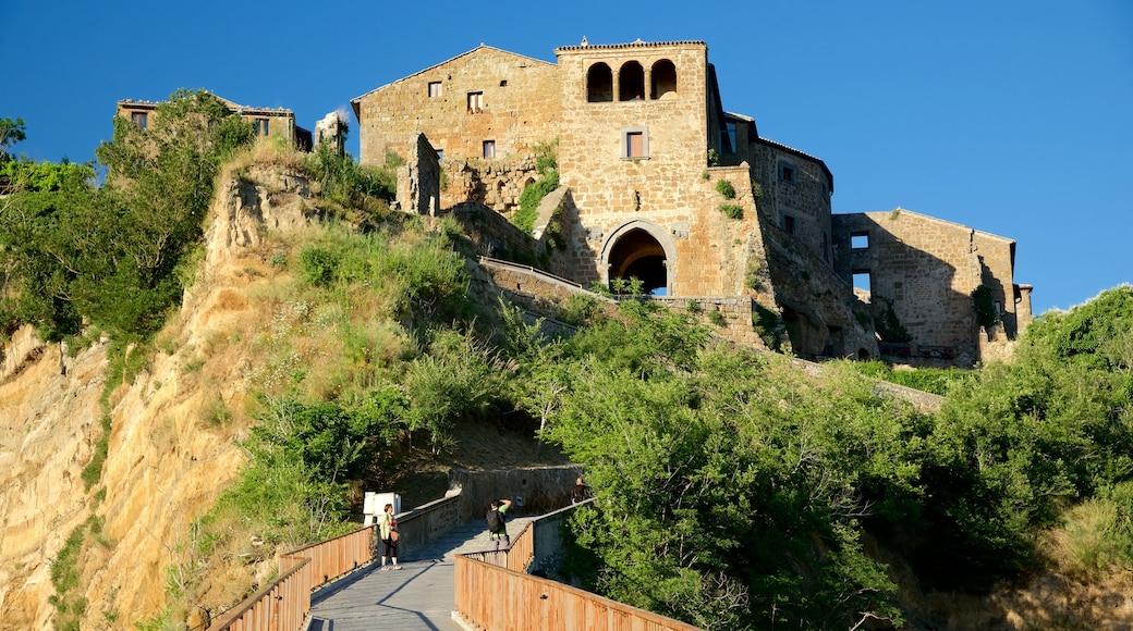 Bagnoregio qui includes château ou palais, coucher de soleil et pont