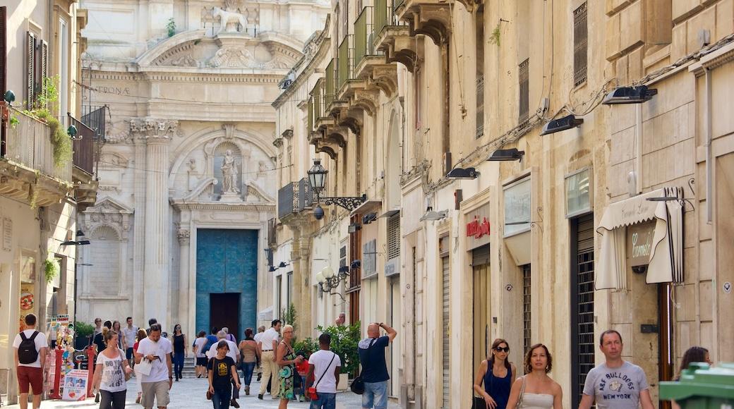 Lecce mit einem historische Architektur sowie große Menschengruppe