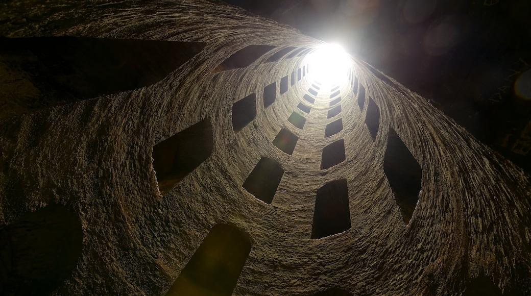 Pozo de San Patricio ofreciendo vistas interiores
