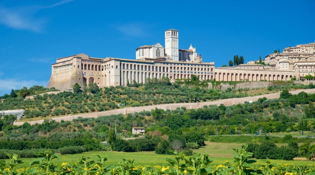 Assisi caratteristiche di architettura d\'epoca e terreno coltivato