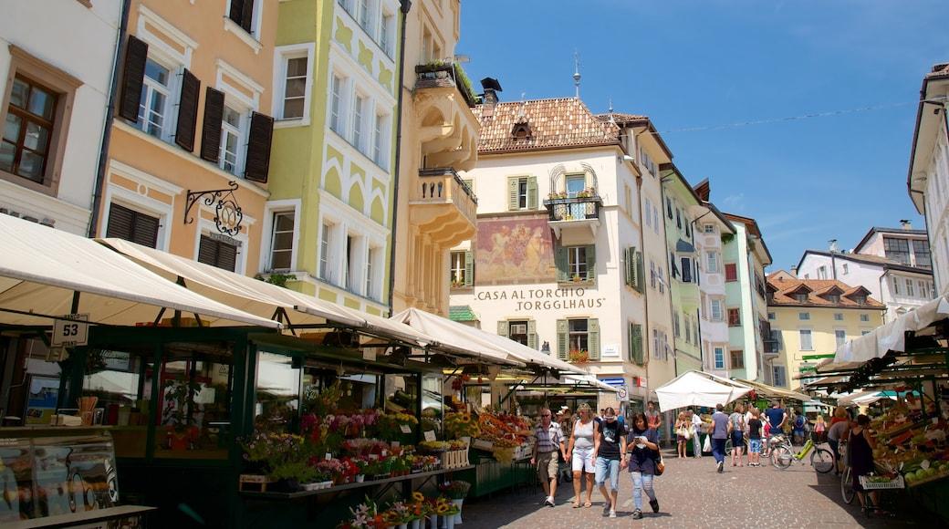 Bozen welches beinhaltet Märkte und Straßenszenen sowie kleine Menschengruppe