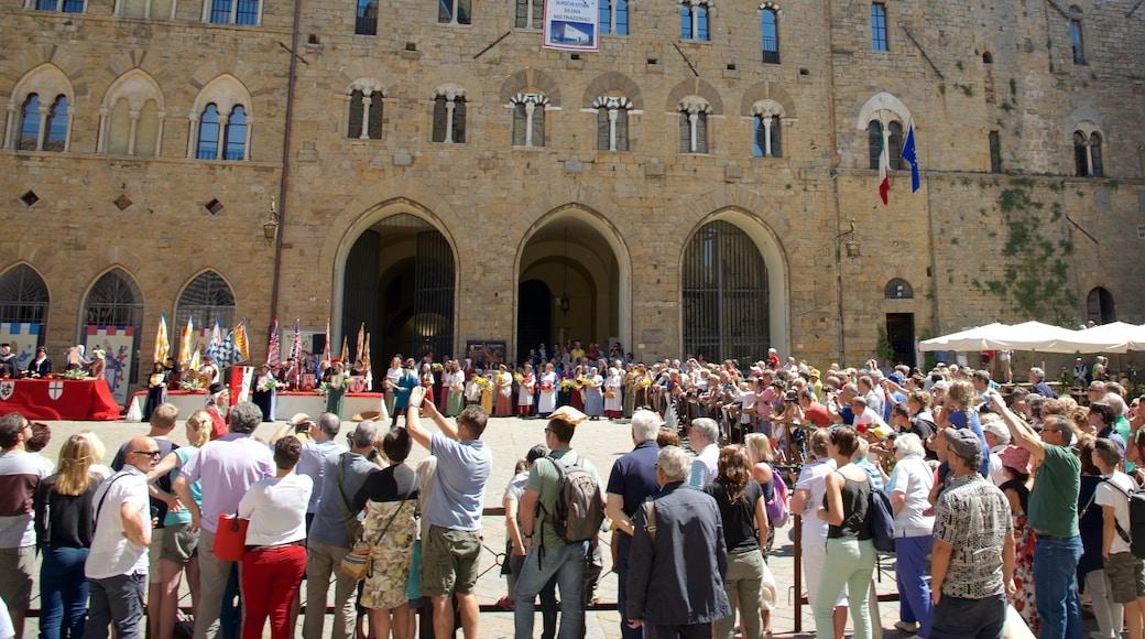Piazza dei Priori welches beinhaltet Platz oder Plaza sowie große Menschengruppe