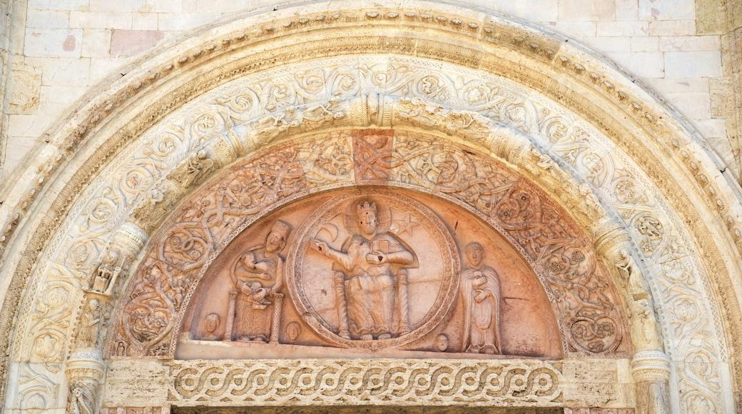 Catedral de San Rufino mostrando arquitetura de patrimônio