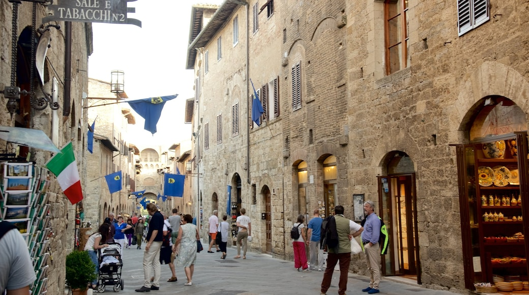 San Gimignano featuring street scenes and shopping as well as a large group of people