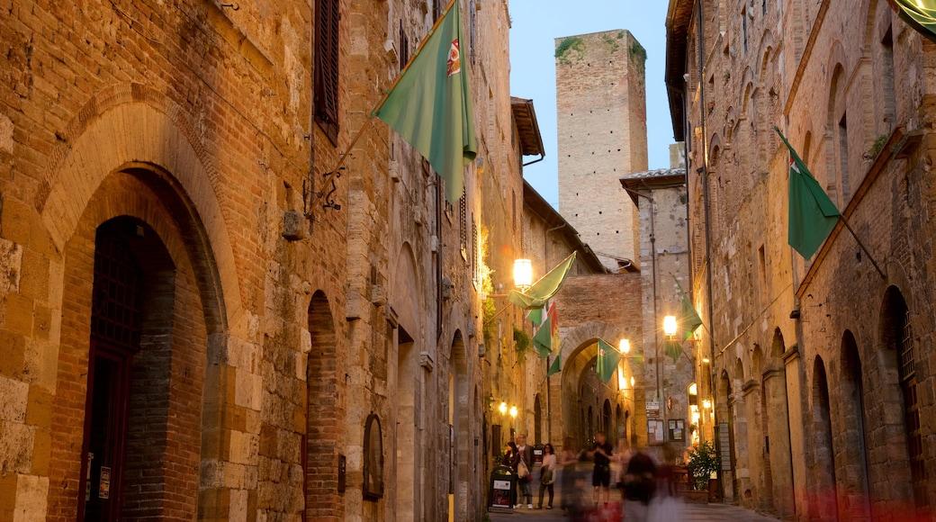 San Gimignano das einen Straßenszenen, historische Architektur und bei Nacht