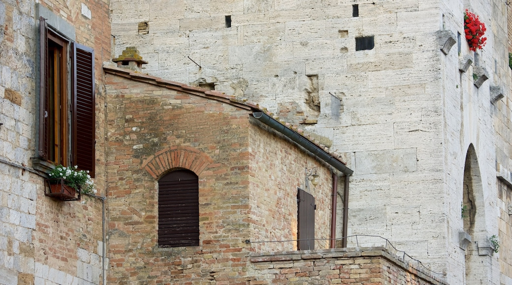 Piazza della Cisterna ซึ่งรวมถึง มรดกทางสถาปัตยกรรม