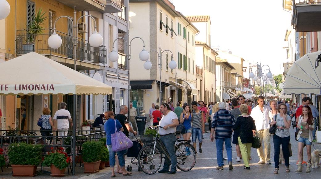 Follonica caratteristiche di località costiera, caffè e strade