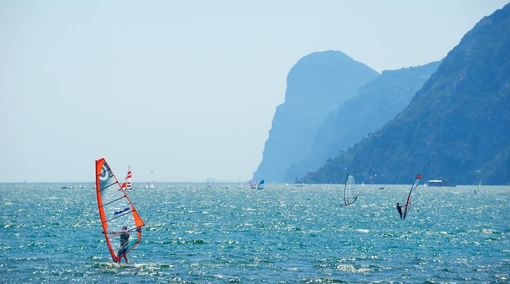 Nago-Torbole das einen allgemeine Küstenansicht, Windsurfen und Berge