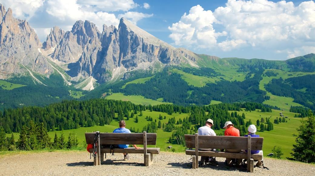 Seiser Alm mit einem ruhige Szenerie und Landschaften sowie kleine Menschengruppe