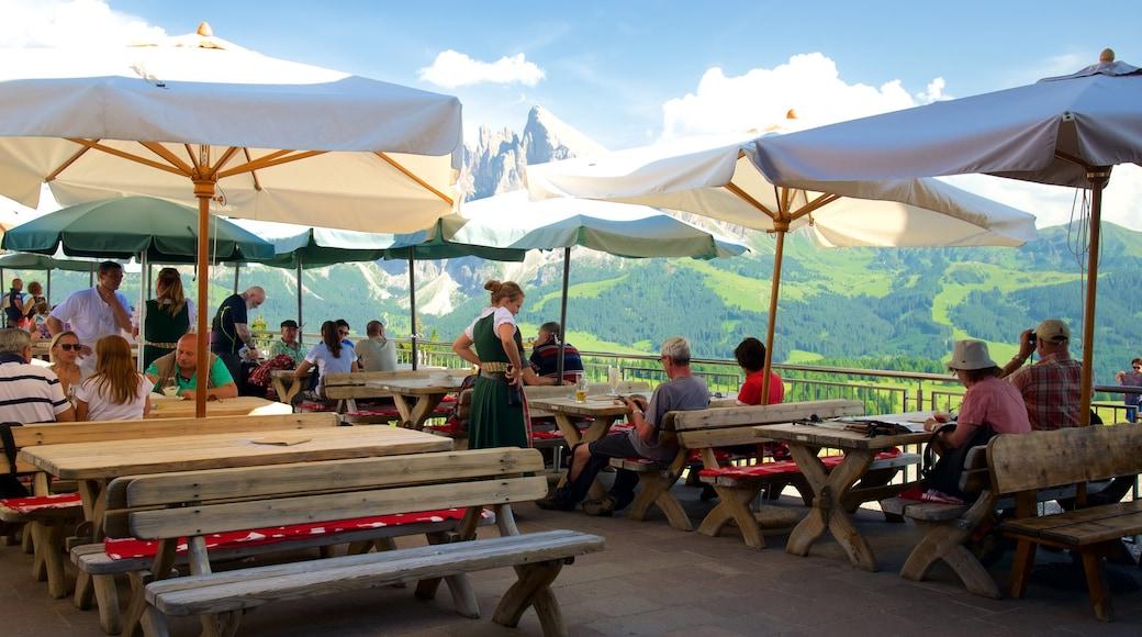 Seiser Alm das einen Café-Szenerien und Essen im Freien sowie große Menschengruppe