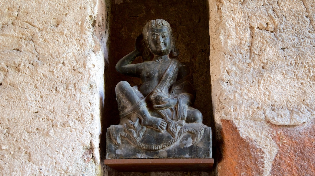 Messner Mountain Museum Firmian welches beinhaltet Statue oder Skulptur