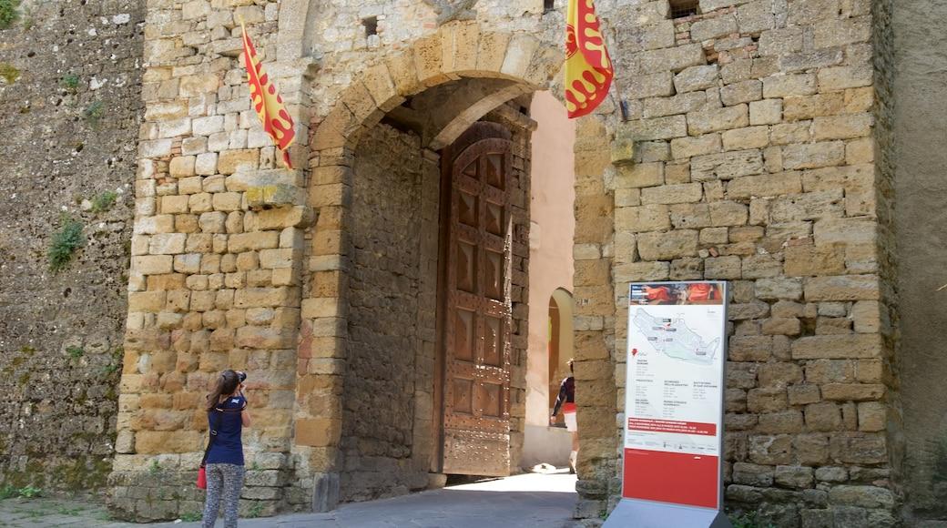 Porta all\'Arco welches beinhaltet Beschilderung und historische Architektur sowie einzelne Frau