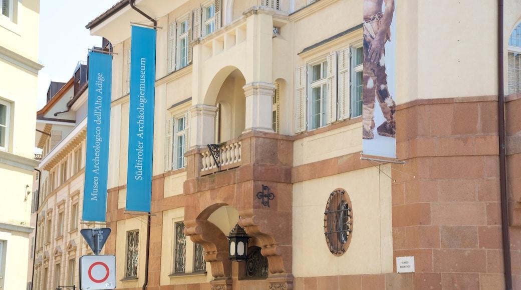 Südtiroler Archäologiemuseum das einen historische Architektur und Beschilderung