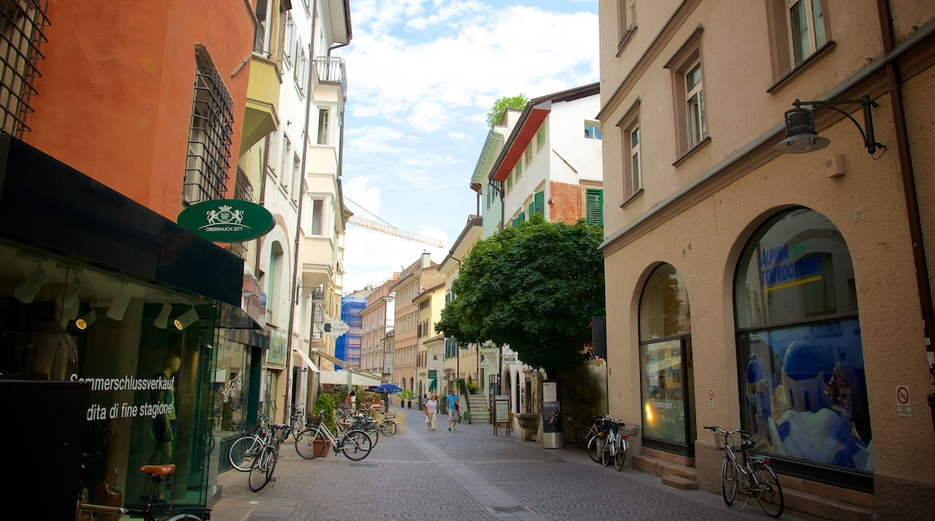 Bozen das einen Fahrradfahren und Straßenszenen