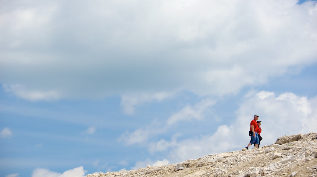 Trentino das einen Skyline und Wandern oder Spazieren sowie Paar