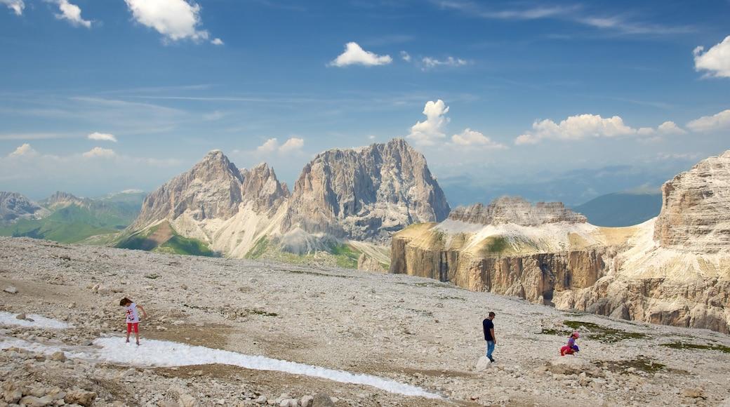 Trentino mit einem Berge und Wandern oder Spazieren sowie kleine Menschengruppe