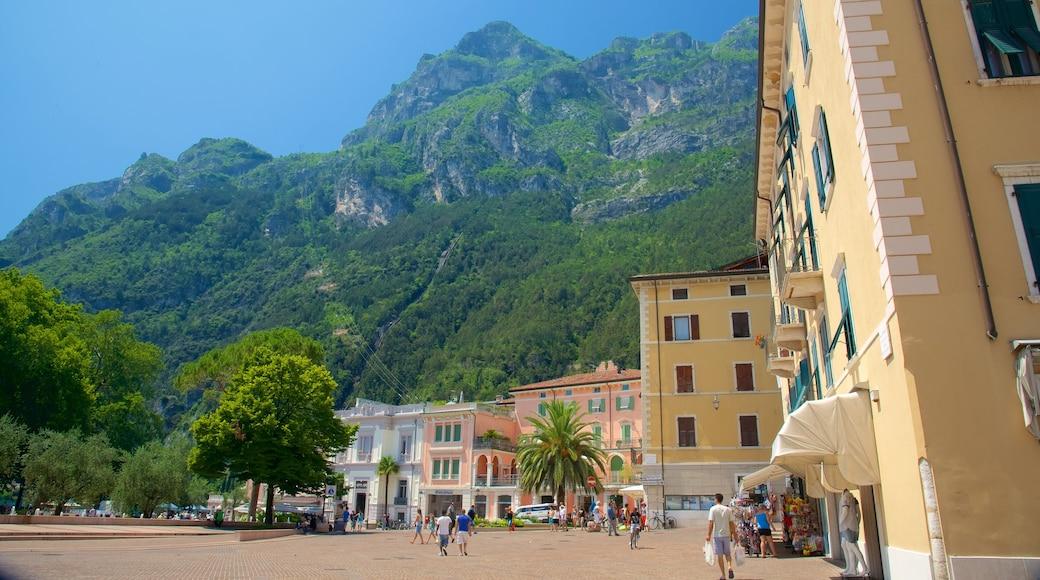 Trentino caratteristiche di architettura d\'epoca, località costiera e strade