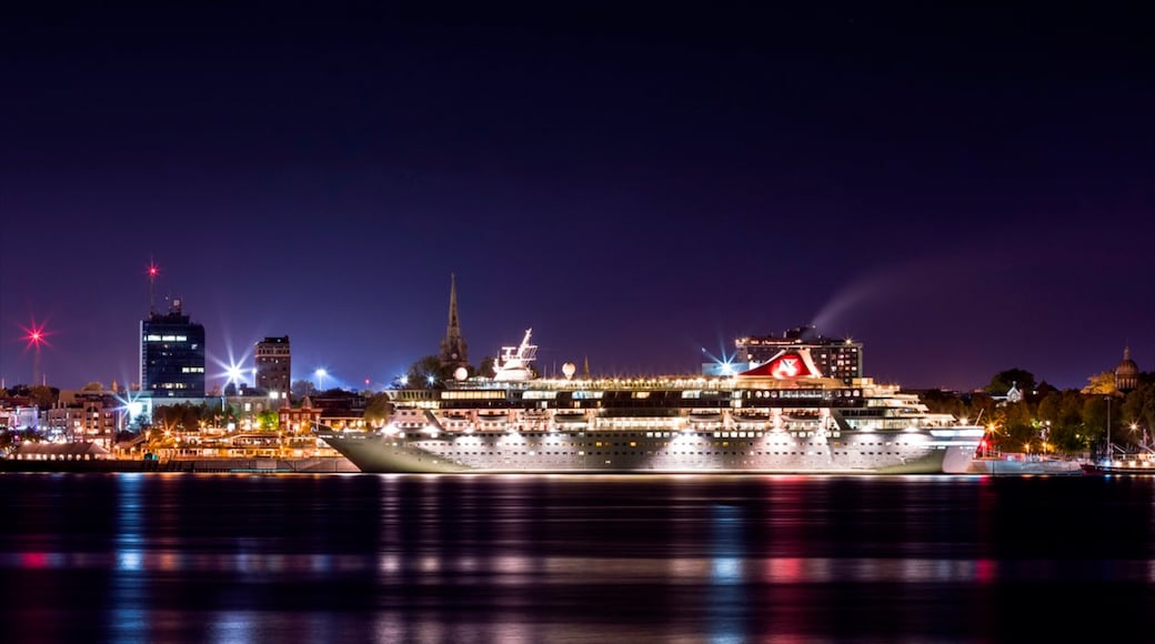 Trois-Rivieres which includes a city, night scenes and cruising