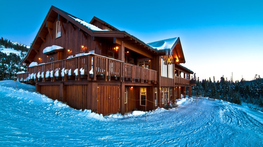 Mount Washington Alpine Resort showing a luxury hotel or resort and snow