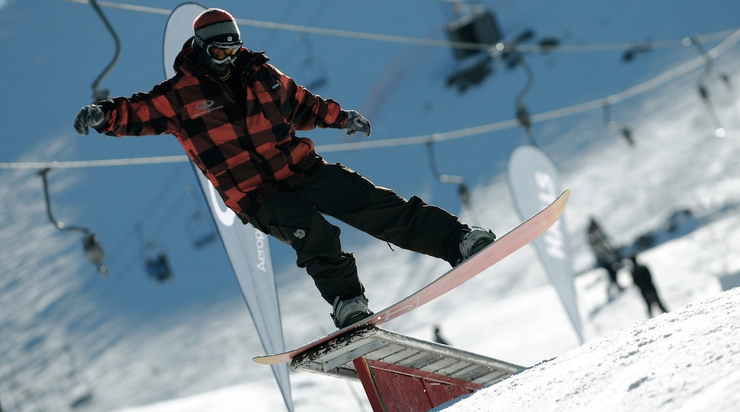 Cerro Bayo which includes snow, snow boarding and a gondola
