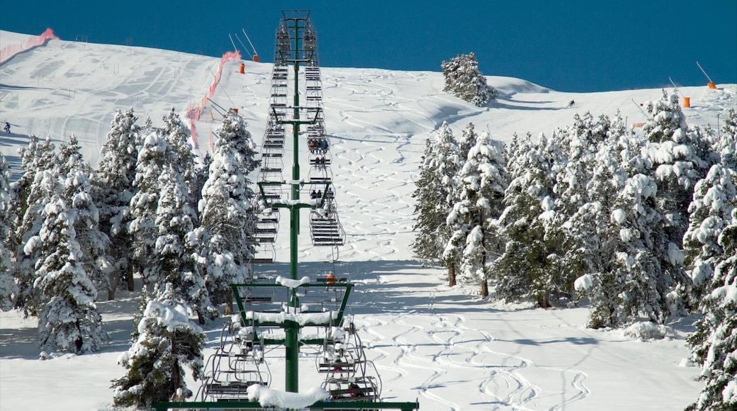 La Molina Ski Resort toont sneeuw en een gondel