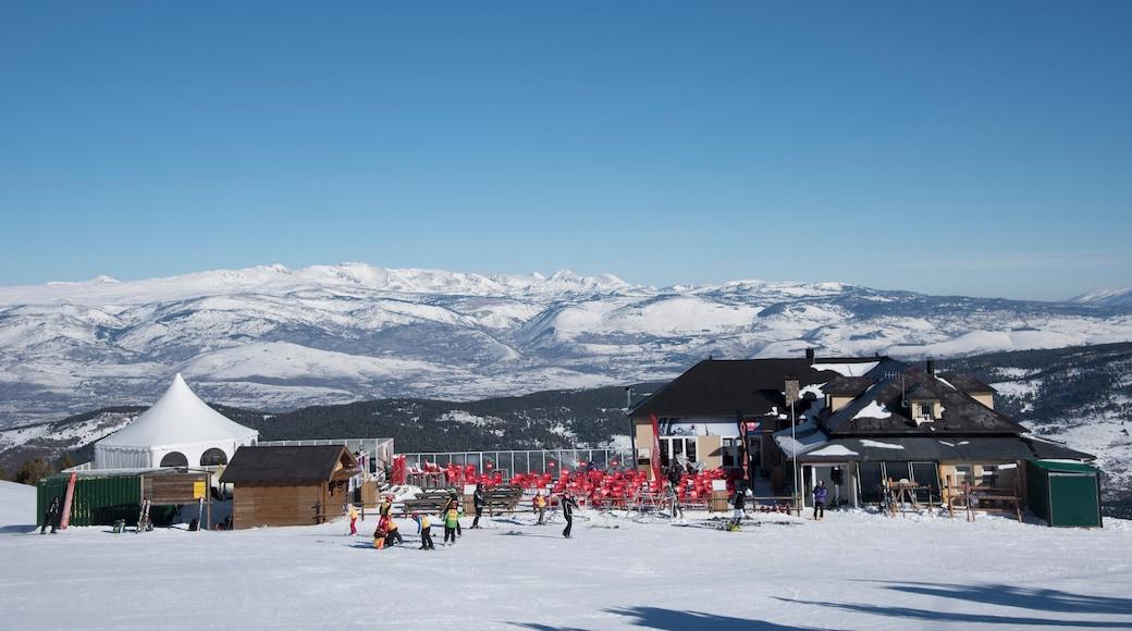 La Molina Ski Resort toont sneeuw en een luxueus hotel of resort en ook een klein groepje mensen