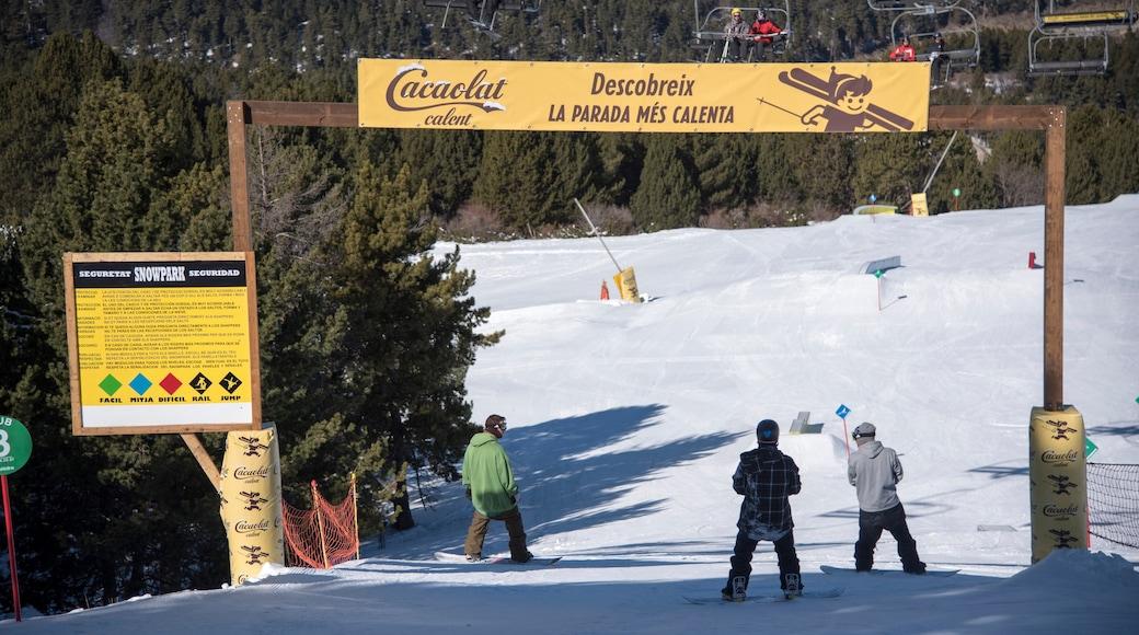 La Molina Ski Resort toont sneeuw en snowboarden