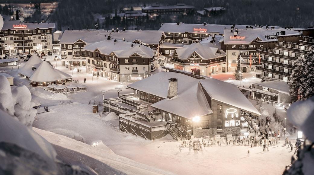 Ruka skidområde presenterar en liten stad eller by, snö och nattliv