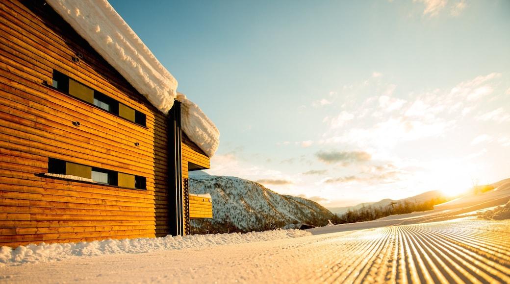 Myrkdalen caratteristiche di neve, tramonto e piccola città o villaggio