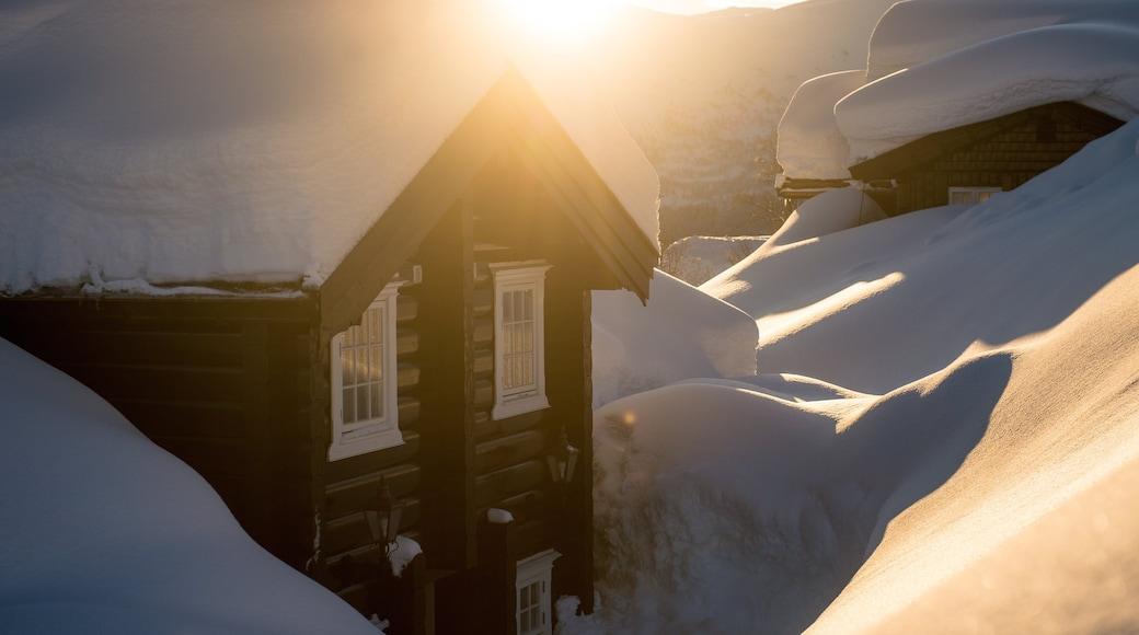 Myrkdalen che include piccola città o villaggio, tramonto e neve