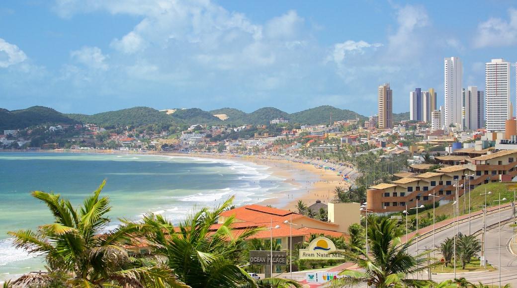 Praia de Ponta Negra mostrando uma praia de areia, uma cidade litorânea e um edifício