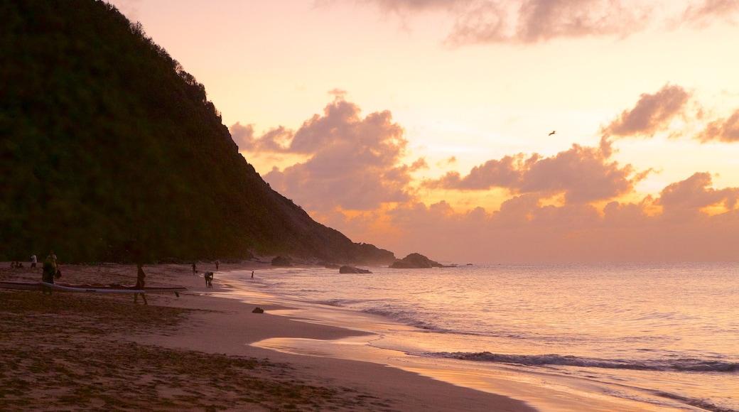 Playa de Conceicao que incluye un atardecer y una playa
