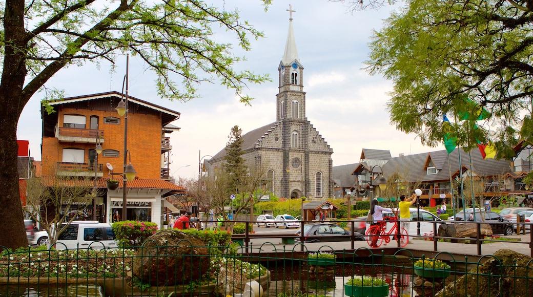 Plaza Nicoletti que incluye una iglesia o catedral, un estanque y una ciudad