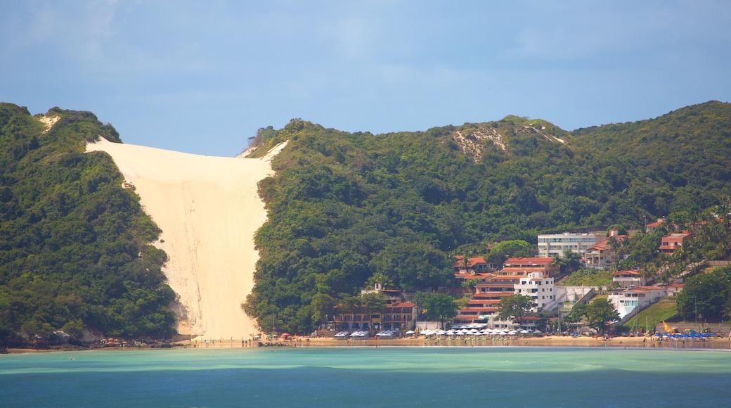 Praia de Ponta Negra mostrando paisagens litorâneas e uma cidade litorânea