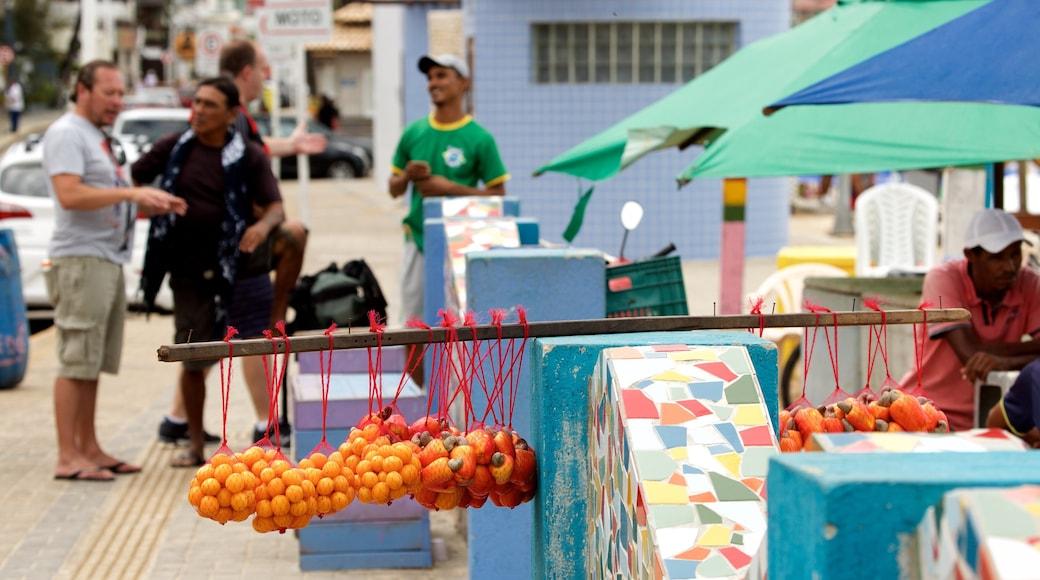 Playa de Ponta Negra que incluye comida y también un pequeño grupo de personas