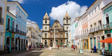 Pelourinho mostrando uma igreja ou catedral, cenas de rua e uma praça ou plaza