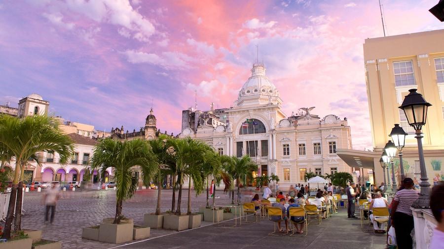 Salvador som inkluderar en solnedgång, en administrativ byggnad och al fresco-restauranger