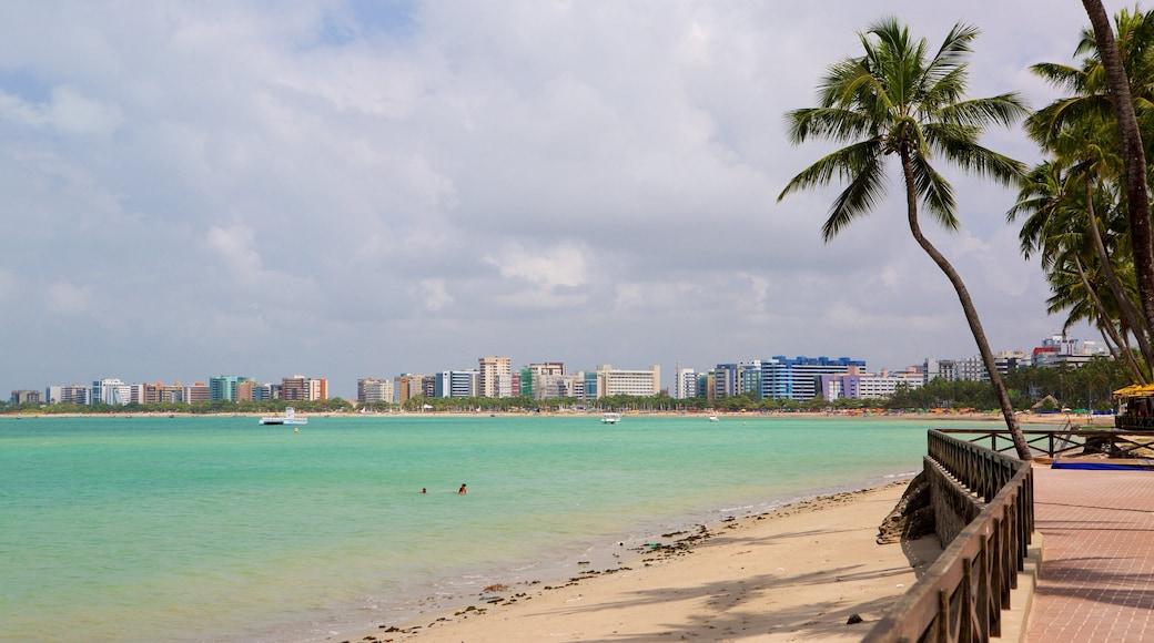 Playa de Ponta Verde que incluye una ciudad costera, una playa y vista general a la costa