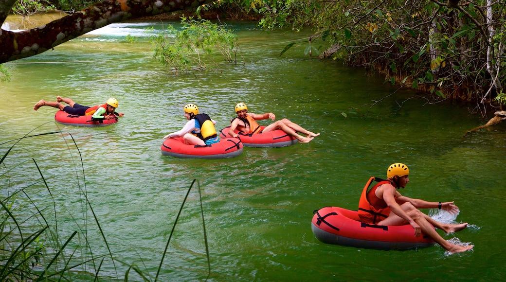 Parque Ecológico Rio Formoso mostrando um rio ou córrego e rafting assim como um pequeno grupo de pessoas