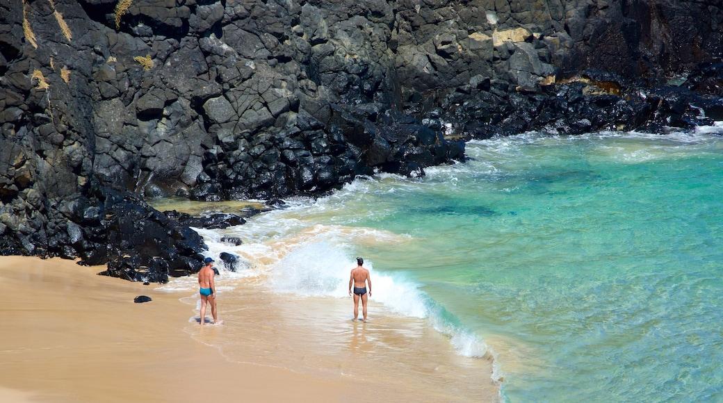 Fernando de Noronha mit einem allgemeine Küstenansicht, Strand und Felsküste