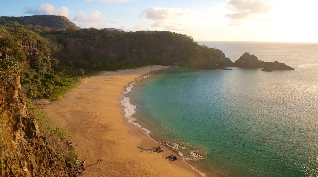 Strand von Sancho mit einem Strand und allgemeine Küstenansicht