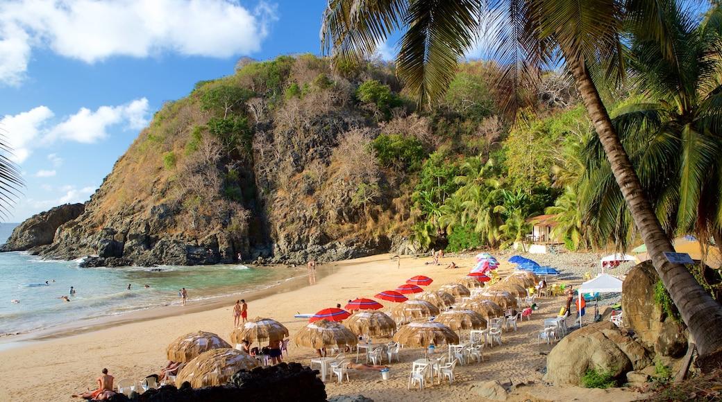Praia do Cachorro mit einem Strand, allgemeine Küstenansicht und Luxushotel oder Resort