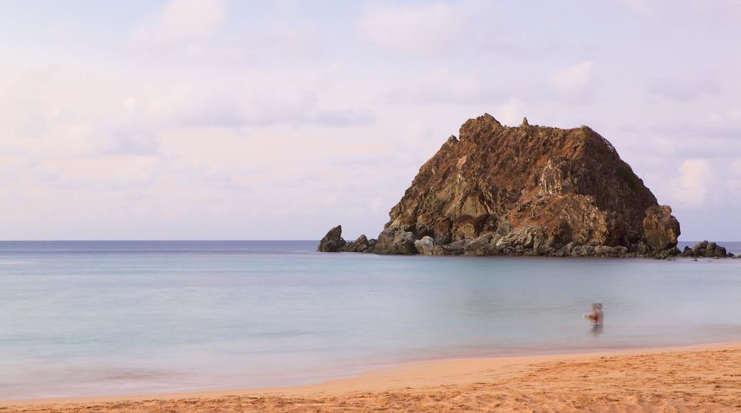 Praia da Conceição welches beinhaltet allgemeine Küstenansicht und Sandstrand