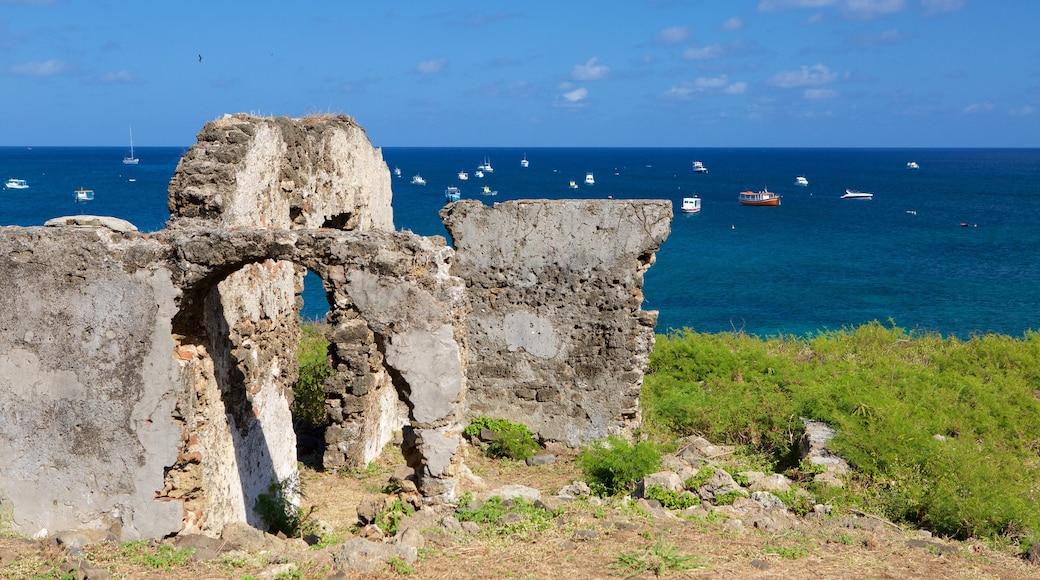 Ruinas del fortín Santo Antonio ofreciendo una ruina y vista general a la costa