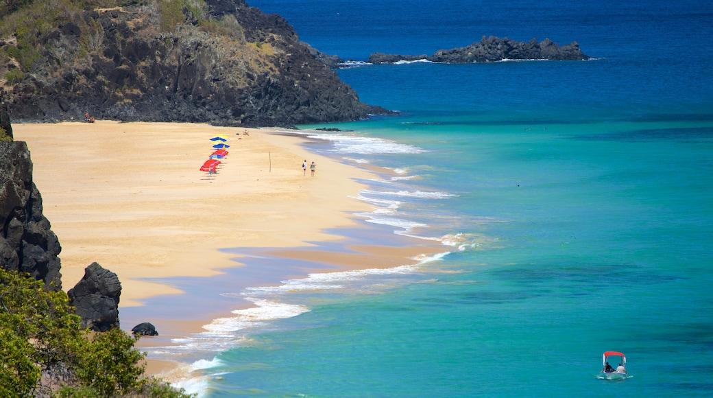 Fernando de Noronha que inclui uma praia de areia, litoral rochoso e paisagens litorâneas