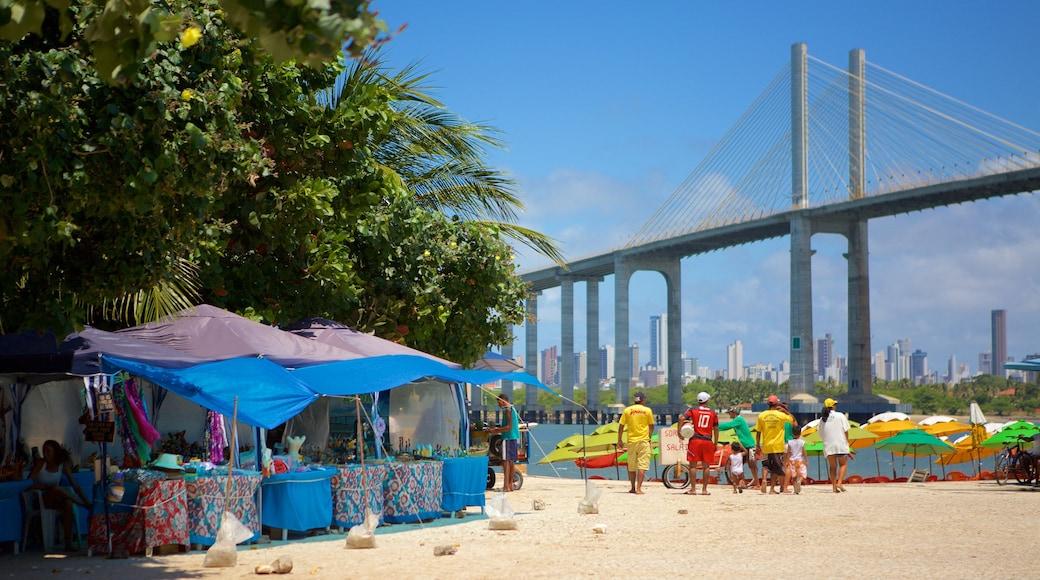 Praia da Redinha caracterizando mercados e uma ponte assim como um pequeno grupo de pessoas
